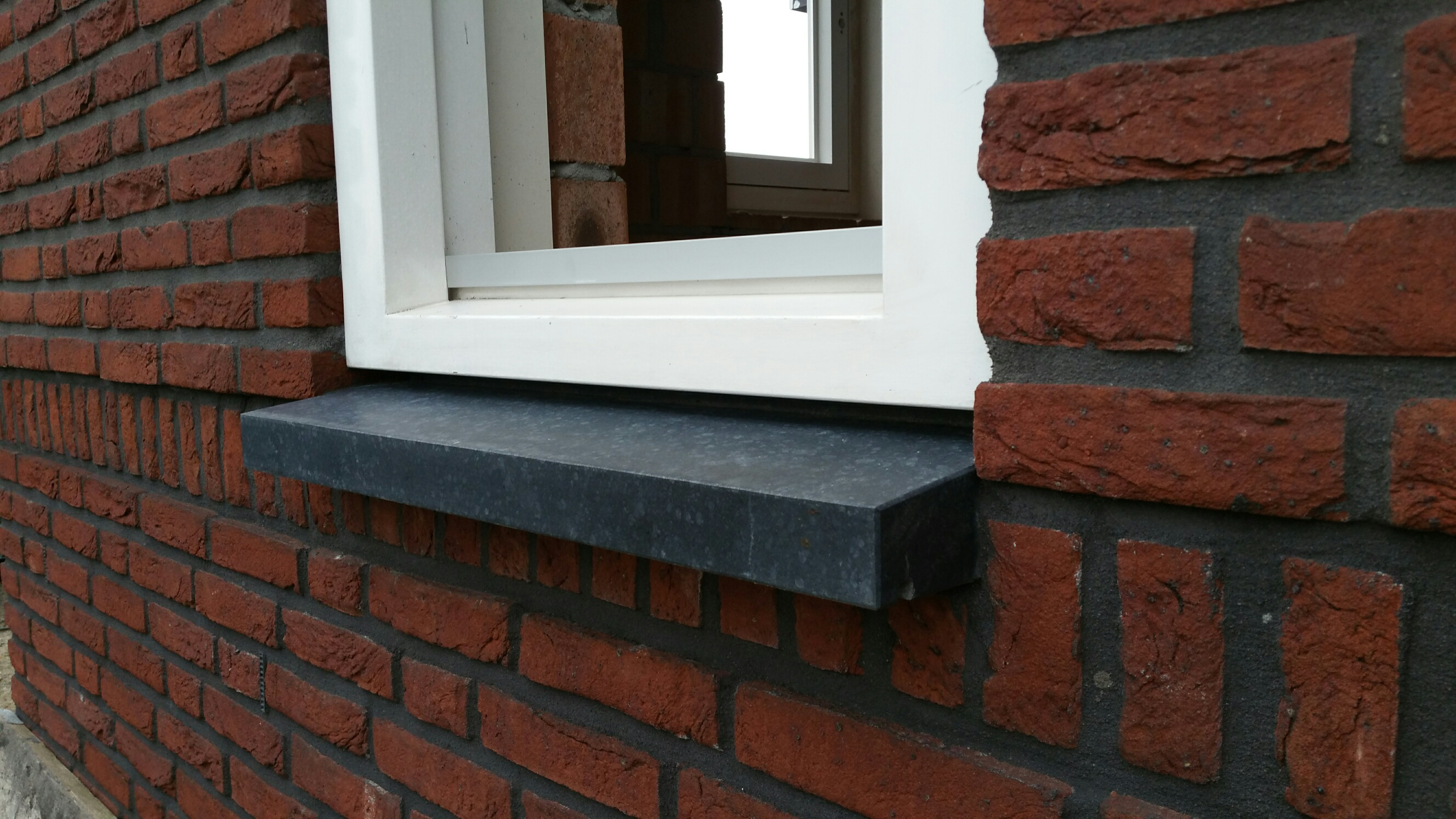 Basalt raam- en deurdorpels voor nieuwbouwhuis Zeeland