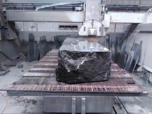 Megablok hardsteen op zaagmachine